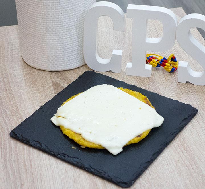 Arepa de Choclo con lonchas de queso fundido por encima
