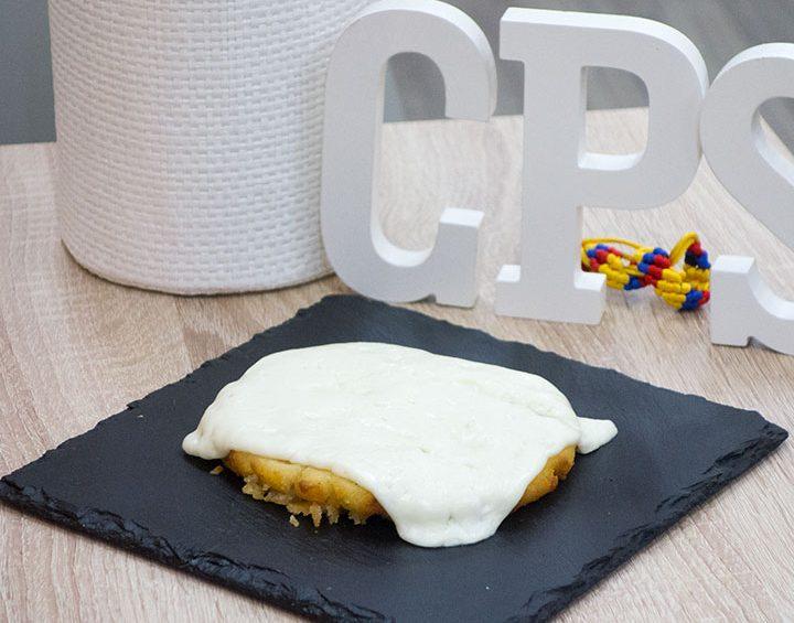 Arepa colombiana con queso derretido encima